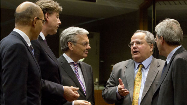 Der griechische Aussenminister Kotzias, Zweiter von rechts, spricht mit Amtskollegen am Treffen der EU-Aussenminister in Brüssel. Hauptthemen: Die Ukraine-Krise und mögliche weitere Sanktionen gegen Russland.