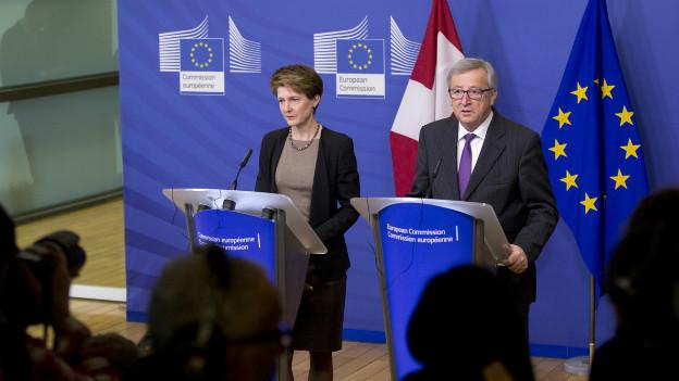 Simonetta Sommaruga und Jean-Claude Juncker sprechen vor der Presse.