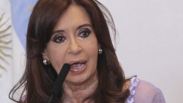 Cristina Kirchner spricht in ein Mikrofon.