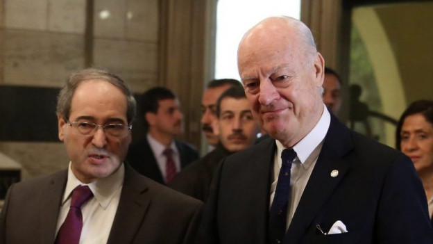Uno-Sondergesandter de Misura, verkrampft lächelnd, gross und mit Glatze und der stellvertretende syrische Aussenminister Mekdad, klein und mit Brille, diskutieren am 11. Februar 2015 in Damaskus