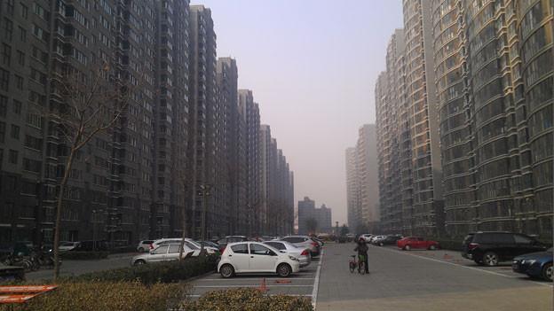 Gegen drei Millionen junge Pekinger Mittelständler sind in den letzten paar Jahren in die neuen Satellitenstädte gezogen. Doch die langen Arbeitswege verschlingen viel Geld und Zeit.