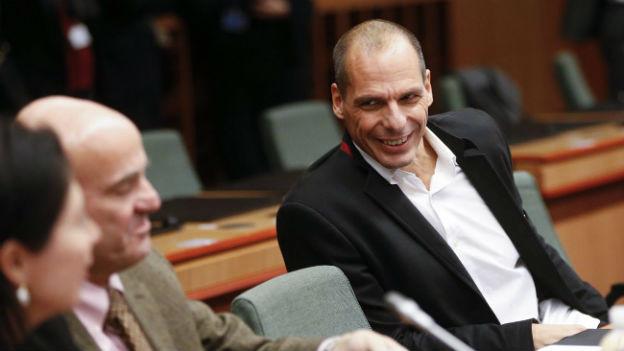 Der griechische Finanzminister Yanis Vafoutakis spricht am Treffen der EU-Finanzminister in Brüssel mit seinem spanischen Amtskollegen.