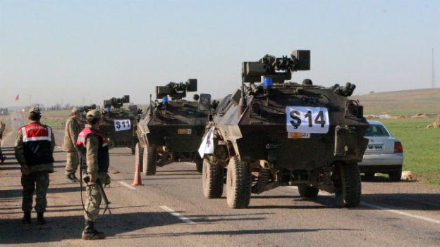 Gepanzerte Fahrzeuge stehen auf einer Strasse, die von der Türkei nach Syrien führt.