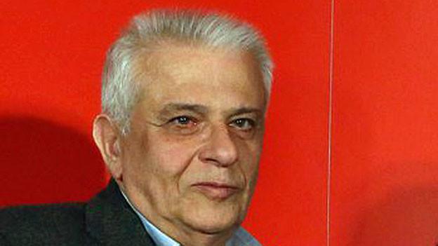 Portrait von Theodoros Paraskevopoulos - vor einer roten Wand.