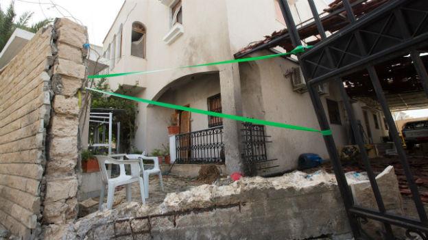 Eine Fassade wurde durch die Explosion eines improvisierten Sprengsatzes beschädigt.