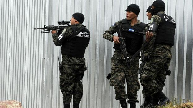 Schwer bewaffnete Polizisten mit Tarnmasken und Tarnanzug in Tegucigalpa.