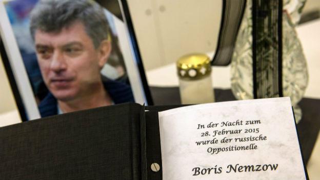 Ein Foto und eine Tafel erinnern in Berlin an die Ermordung von Boris Nemtsov in Moskau.