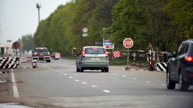 Eine Strasse in Transnistrien mit einem Grenzbaum auf der moldawischen Seite.