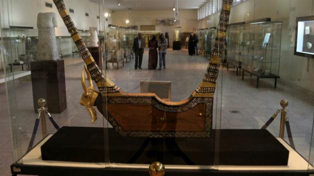 Ein Blick in den Ausstellungsraum und auf Artefakte des nationalen Museums in Baghdad