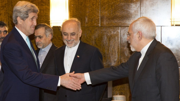 Zwei Männer im Anzug, US-Aussenminister John Kerry (links) und Irans Aussenminister Javad Zarif (rechts), reichen sich die Hand.