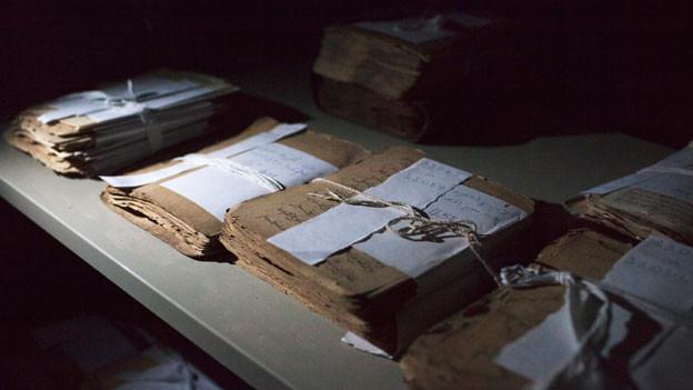 Über 4000 alte Handschriften wurden von radikalen Islamisten in Timbuktu verbrannt. Bild: Islamische Handschriften aus dem 13. bis 15. Jahrhundert im Ahmed Baba Zentrum für islamische Studien in Timbuktu.