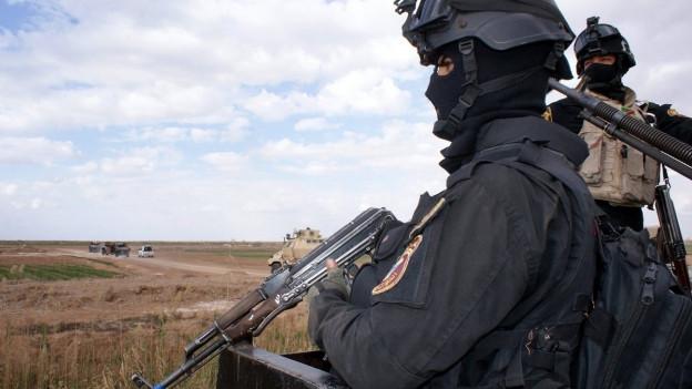 Ein Soldat der irakischen Armee mit Gewehr.