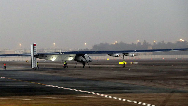 Das Solarflugzeug auf dem Rollfeld am Flughafen in Abu Dhabi.