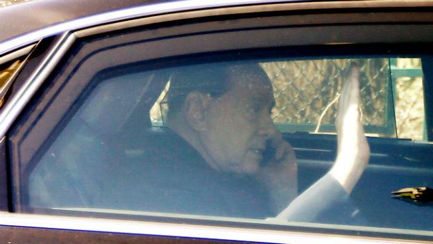 Silvio Berlusconi am Telefonieren in seiner Limousine.