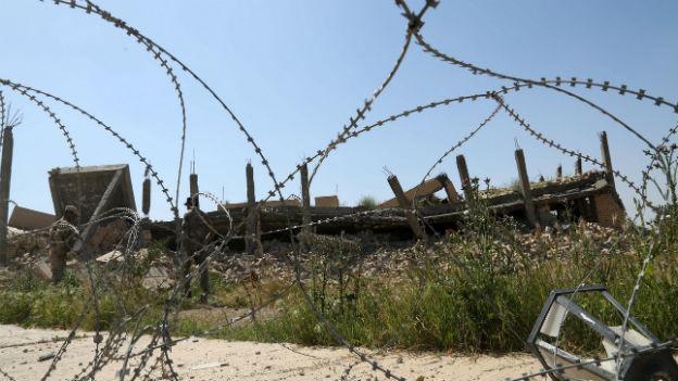 Die Ruine des Grabmahls von Saddam Hussein in Tikrit ist umgeben von Stacheldraht.
