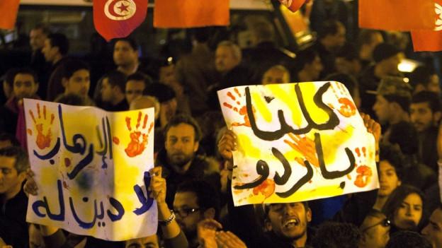 Tunesierinnen und Tunesier bekunden ihre Solidarität mit den Opfern des Terrorangriffs vom Mittwoch, bei dem am Mittwoch mindestens 21 Menschen getötet worden sind. Die meisten Opfer waren Touristen.