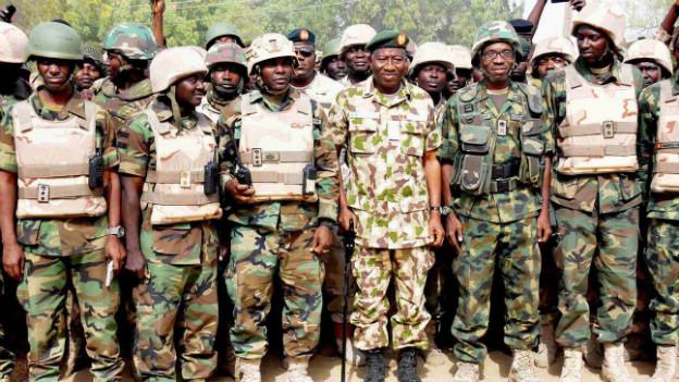 Präsident Goodluck Jonathan (mit Stock) posiert in Mitten von nigerianischen Soldaten.