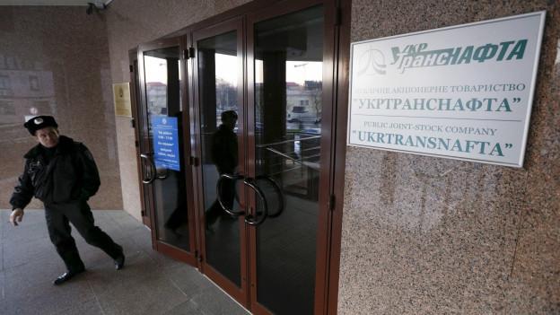 Ein Polizist steht am Eingang des Hauptsitzes des Unternehmens Ukrtransnafta am 20.3.2015.