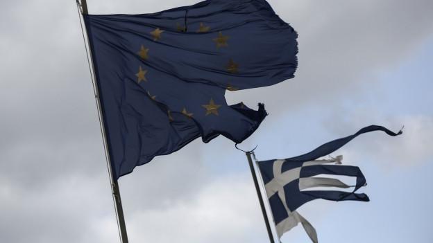 Giechische und EU-Fahne (zerfetzt).