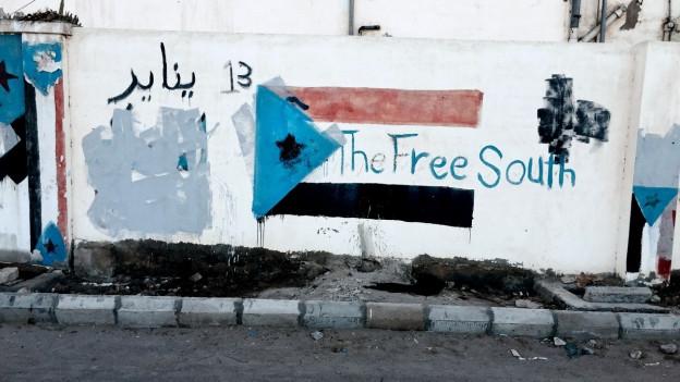 Jemens Flagge an eine Hauswand gemalt.