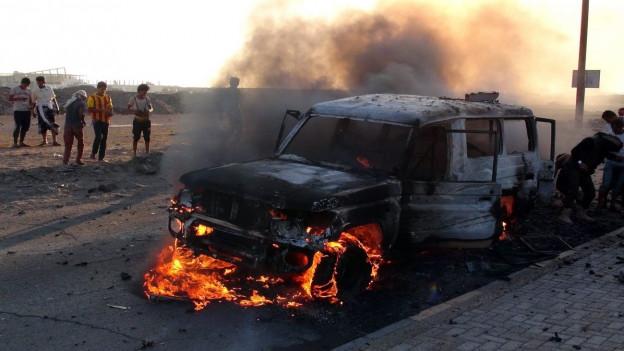 Aufnahme eines brennenden Autos, dass angeblich den Huthi-Rebellen im Jemen gehörte.