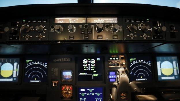 Innenansicht des Cockpits eines Airbus A320 in einem Flugsimulator