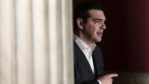 Vorhang, Tsipras kommt hervor und zeigt vorwärts