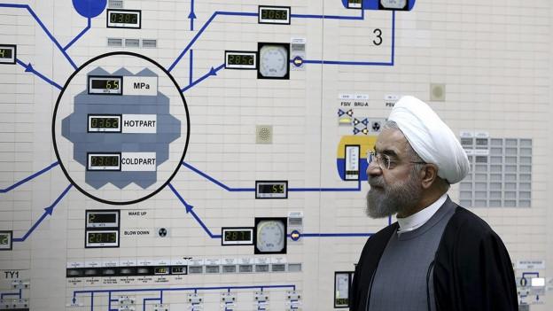 Mann vor Steuerungsanlage in Uran-Anreicherungs-Anlage.