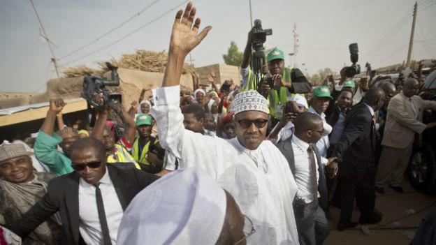 Wahlsieger Muhammadu Buhari winkt seinen Anhängern.