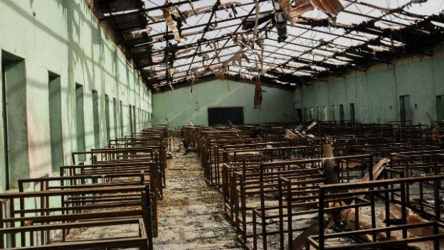Ein zerstörtes Klassenzimmer ohne Dach im Ort Chibok in Nigeria.