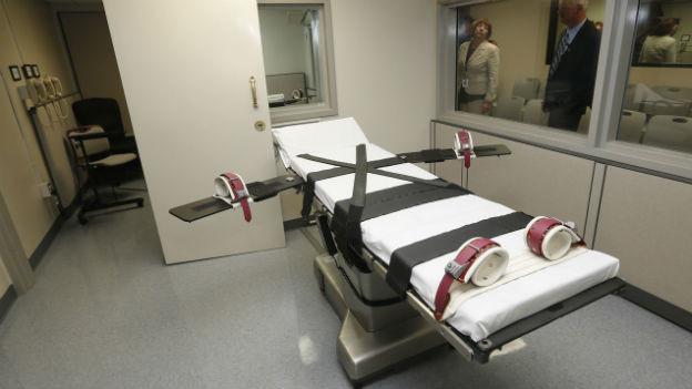 Blick auf ein Bett mit Schnallen zum Festzurren der Todeskandidaten.