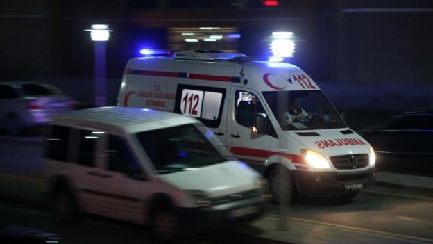 Das Bild zeigt die eine Ambulanz in schneller Fahrt