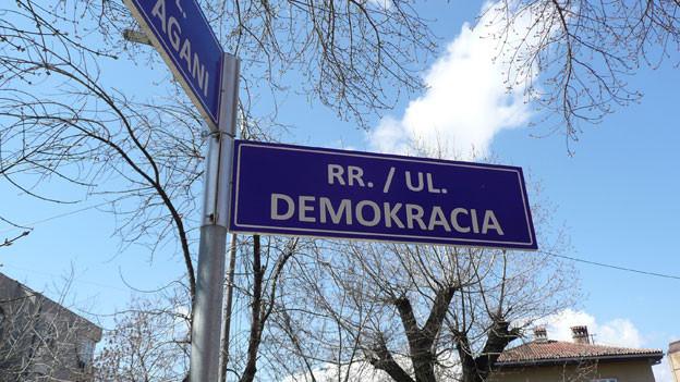 In der Hauptstadt Prishtina stehen neue Strassenschilder. Nach sieben Jahren Unabhängigkeit sucht der Kosovo immer noch seinen Weg zu einer funktionierenden Demokratie.