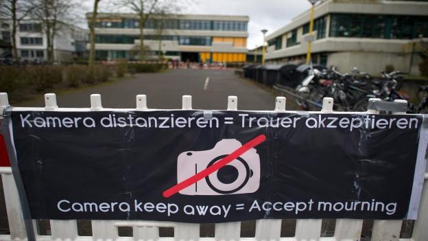 Ein Transparent mit der Aufschrift «Kamera distanzieren = Trauer akzeptieren», angebracht vor dem Joseph-König-Gymnasium in der deutschen Kleinstadt Haltern. 16 Schülerinnen und Schüler sowie 2 Lehrerinnen dieser Schule haben beim Absturz der Germanwings-Maschine in Südfrankreich ihr Leben verloren.