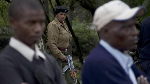 Eine Offizieren der kenianischen Armee überwacht eine Zeremonie von Angehörigen der Opfer des Anschlags in Garissa.