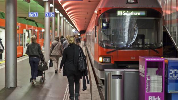 Menschen auf dem Perron der RBS im Bahnhof Bern.