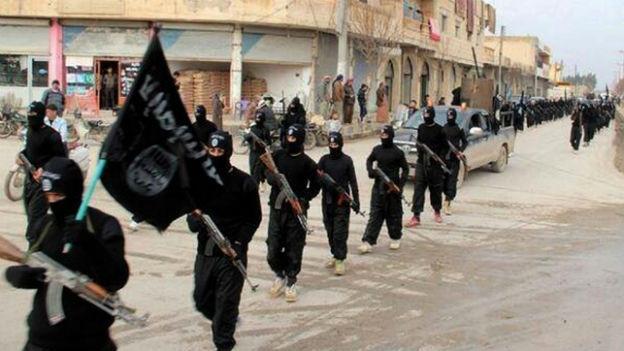 Eine Gruppe von Kämpfer der Terrormiliz «Islamischer Staat» auf einer Strasse in Syrien.