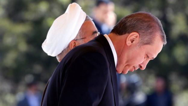 Der türkische Präsident Erdogan verneigt sich bei seinem Besuch im Iran Anfang April.