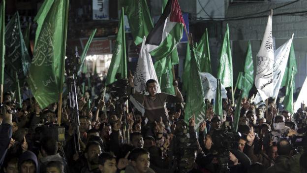 EIn Meer aus grünen Hamas-Flaggen bei einer Kundgebung in Gaza-City.