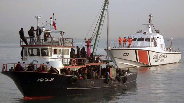Die südtürkische Hafenstadt Mersin gilt als Zentrum einer neuen Route beim Menschenschmuggel aus Nahost und Afrika in den Westen.  Ein Fischerboot mit Flüchtlingen Anfang Dezember 2014 vor Mersin.