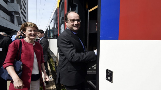 Aufnahme von Frankreichs Präsident Hollande und Bundespräsidentin Sommaruga beim Einsteigen in einen Zug am Bahnhof in Zürich.