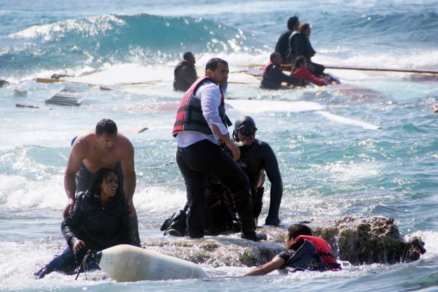 Ein Mann rettet Flüchtlinge in der ägäischen See, östlich der Insel Rhodos (Aufnahme vom 20. April 2015). Laut den griechischen Behörden starben an dieser Stelle drei Menschen, nachdem ein mit Dutzenden Flüchtlingen besetztes Holzschiff auf Grund gelaufen war.