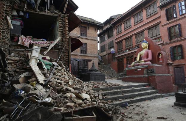 Ein beschädigter Tempel in Kathmandu, der Hauptstadt Nepals, nach dem Beben vom Samstag.