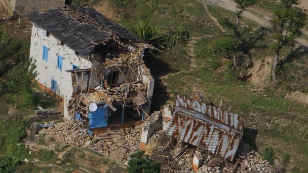 Der Blick auf ein zerstörtes Haus in Nepal