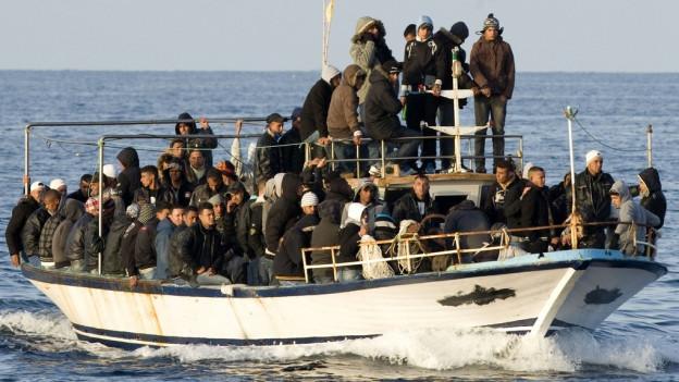 Boot mit Flüchtlingen auf dem Mittelmeer.