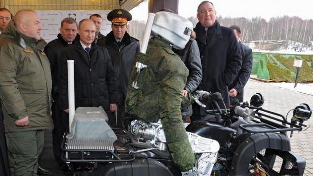 Der russsiche Präsident Wladimir Putin betrachtet einen russischen «Avatar Roboter» in Klimovsk bei Moskau.