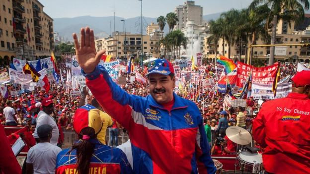 Auf dem Bild ist Nicola Maduro zu sehen, winkend vor einer Menschenmenge in der Hauptstadt Caracas, am 1. Mai 2015