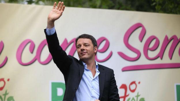 Matteo Renzi spricht vor Anhängern des «Partito Democratico» auf einem Podium in Bologna.