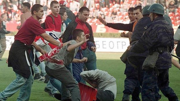 Aufnahme einer Schlägerei zwischen Fussballfans in Belgrad im Stadion von Roter Stern Belgrad.