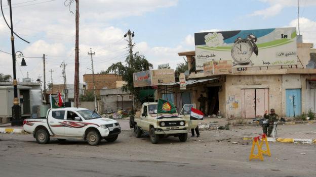 Fahrzeuge mit irakischen Truppen unterwegs auf einer Strasse in Tikrit.